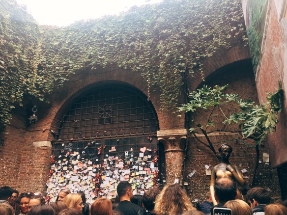 wall of notes and the Juliet statue